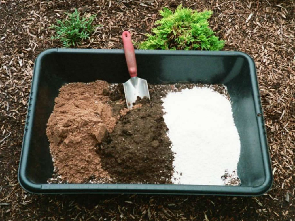 Homemade potting soil how to make your own potting soil for Garden topsoil